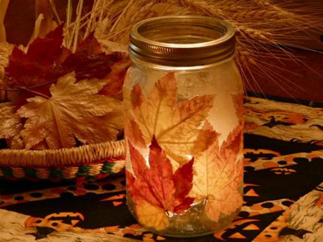 Осенний светильник, декорированный листьями