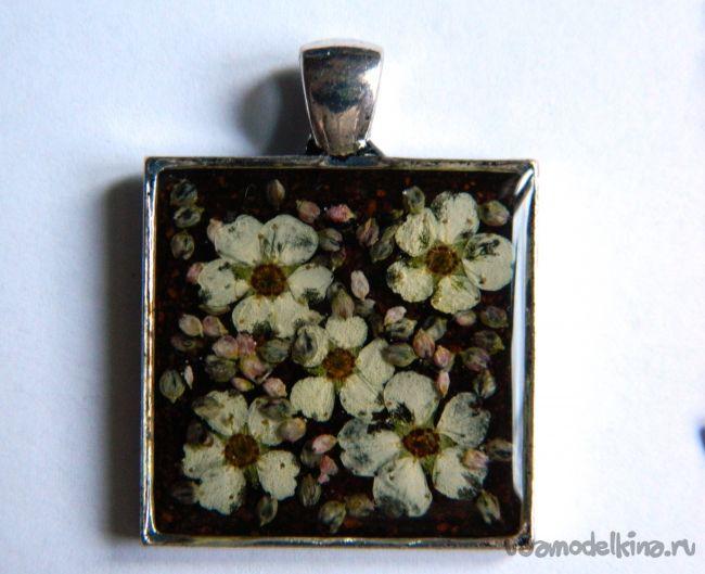 Кулон с маленькими цветочками и семенами
