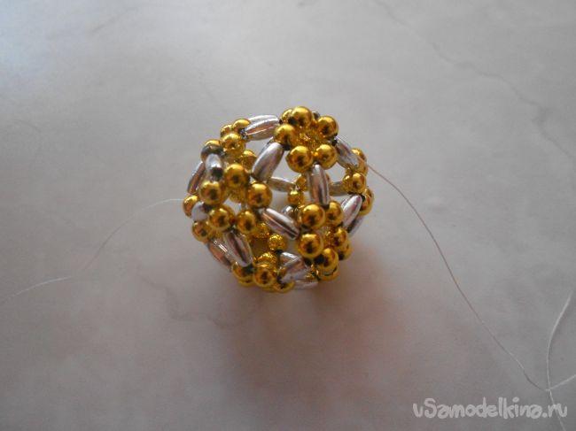 Елочный шарик из бусин