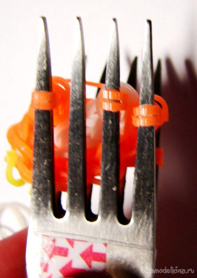 Сова на карандаш из резинок (плетение на вилках)