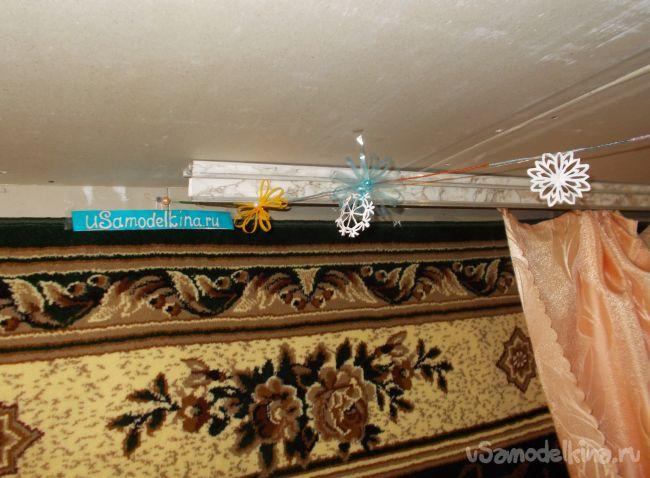 Гирлянда с бисером, снежинками и пластиковыми цветками к Новому году.