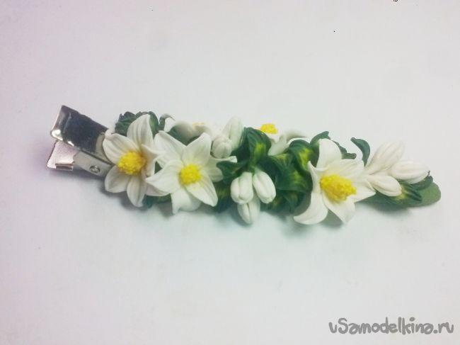 Заколка с белыми цветочками из полимерной глины