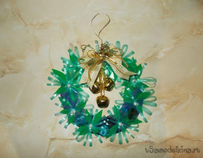 Рождественский венок с цветами из пластика и украшением - бубенцами