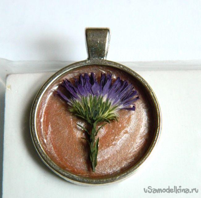 Кулон с фиолетовым цветком
