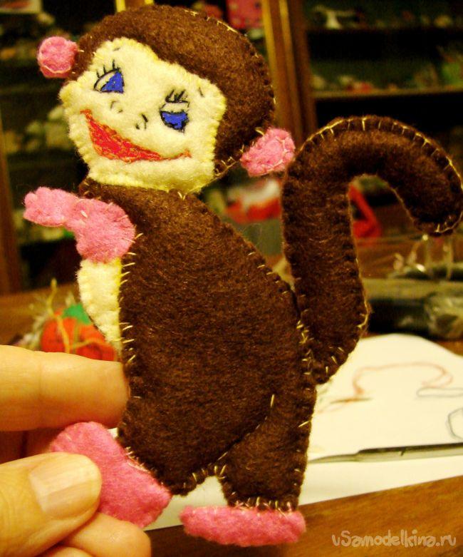 Новогодняя игрушка из фетра «Обезьянка с подарком»