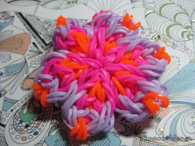 Украшение в форме цветка из резинок