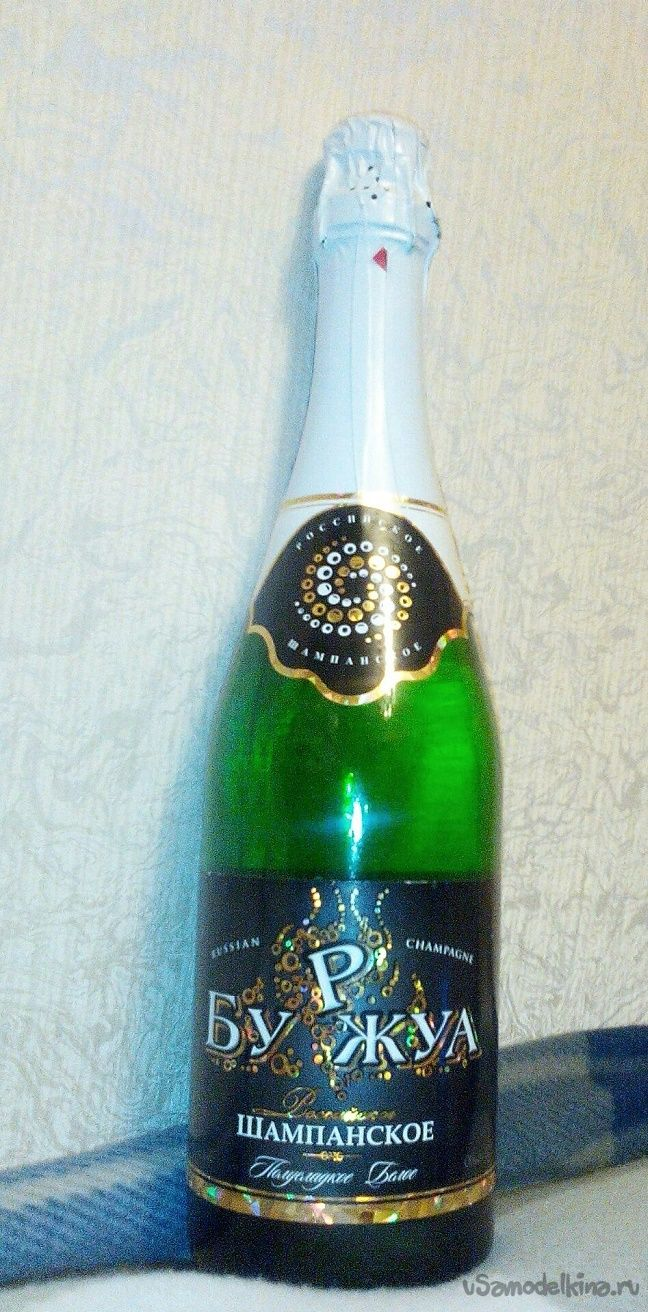 Бутылка шампанского в новогоднем декоре из пряжи