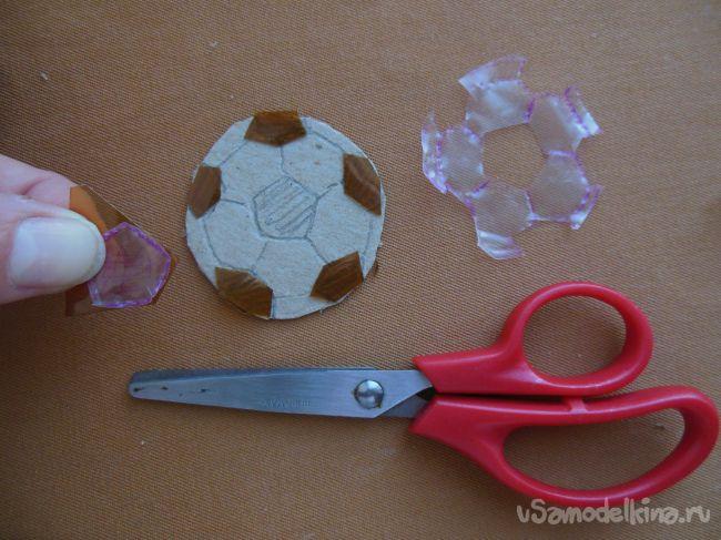 Брелок «Футбольный мяч» из пластиковых бутылок
