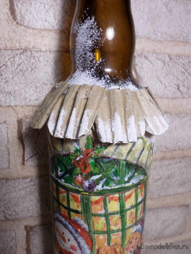 Заснеженный домик из стеклянной бутылки