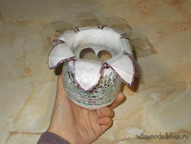 Шкатулка в виде вазы, декорированная компакт-дисками