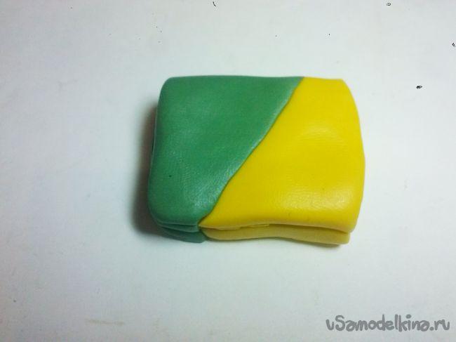 Заколка с зелеными эустомами из полимерной глины