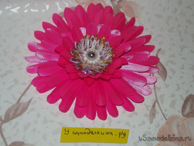 Розовая гербера в технике канзаши