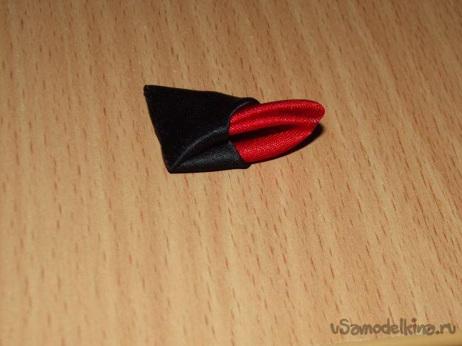 Красно-черный цветок канзаши из двойных лепестков