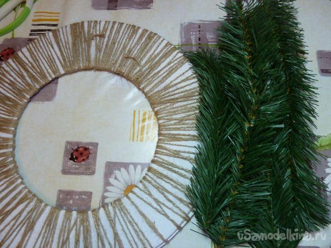 Новогодний венок из искусственных еловых веточек
