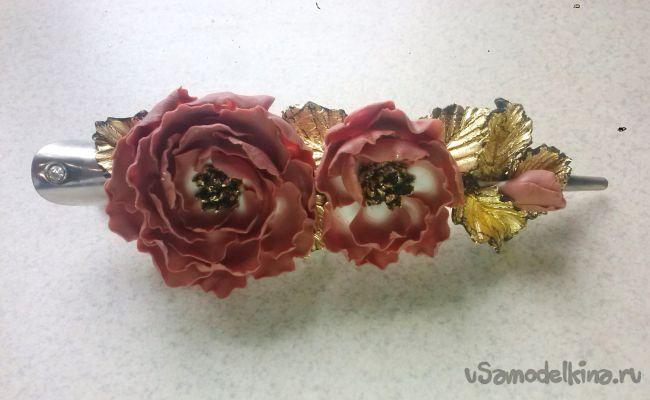 Заколка с необычными цветами из пластики
